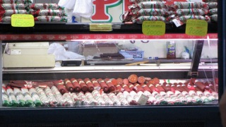 Колбасы, салями на рынке в Будапеште.