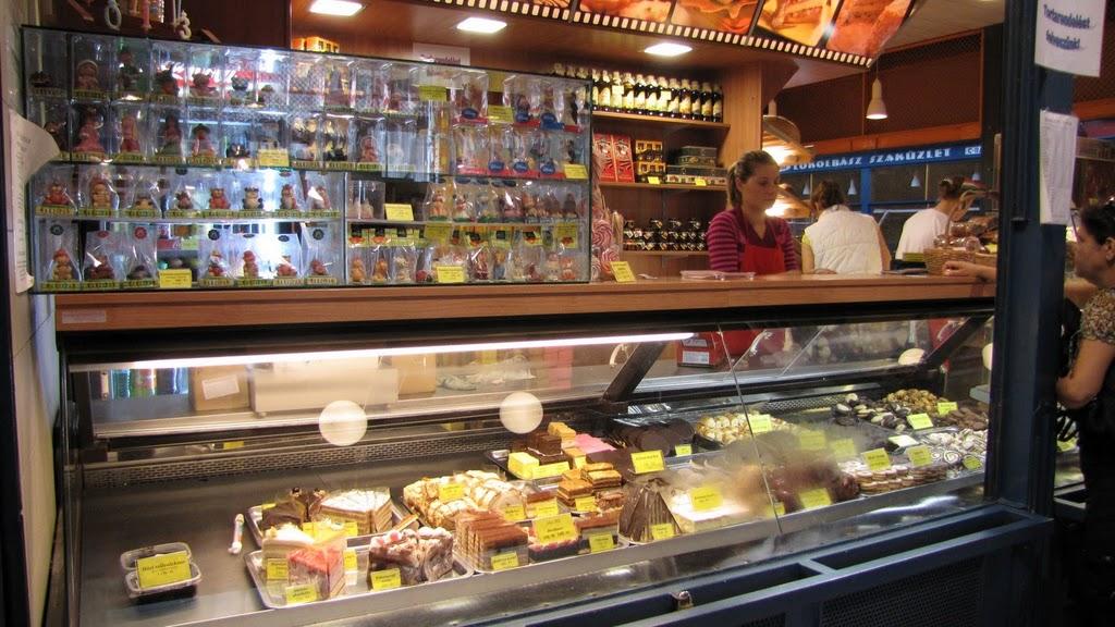 Пирожные и марципаны. Рынок в Будапеште.