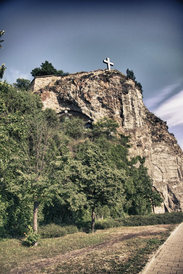 082-cave-church