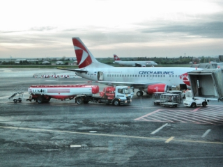 Лукойл заправляет самолёт CSA в аэропорту Рузине - Прага.