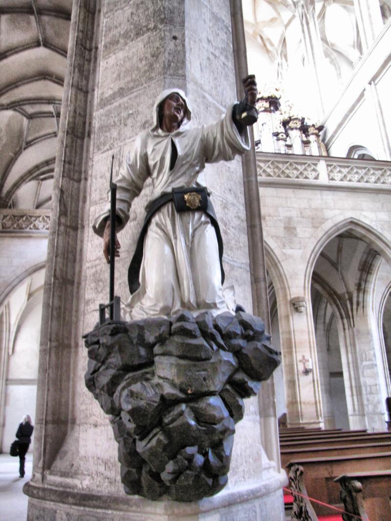 Фигура шахтера на одной из колонн Собора Святой Варвары в Кутной Горе