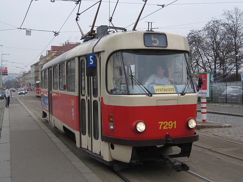 Трамвай в Праге не далеко от станции Vystavishte