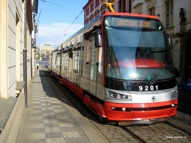 Современный пражский трамвай. Летом 2010 года только проходил испытания. Skoda 15T.