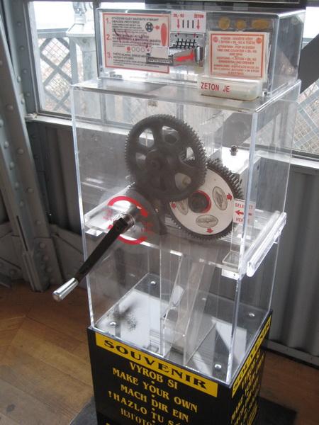 Автомат для выдавливания сувенира на башне Петршин