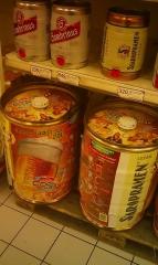 20-ти литровые кеги с пивом в пражском супермаркете Tesco.