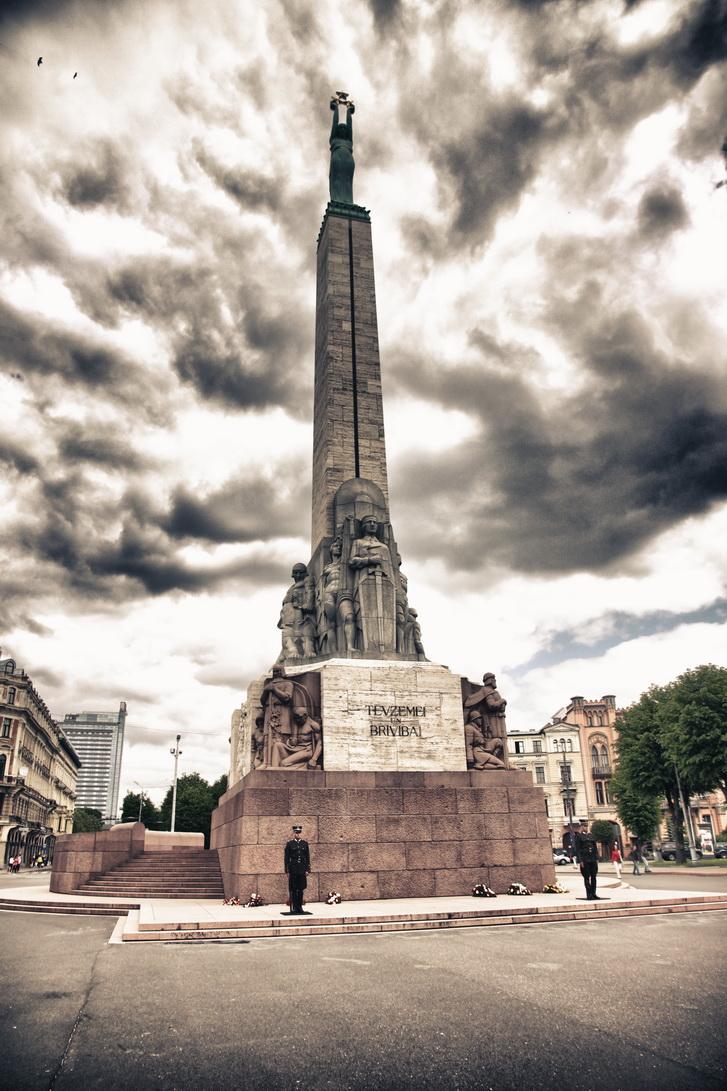 1084-freedom-monument