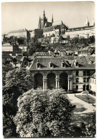 Чехия. Прага. Вид на Пражский Град, собор Святого Вита и Вальдштейнские сады.
