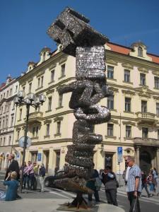 Памятник из ключей в Праге.