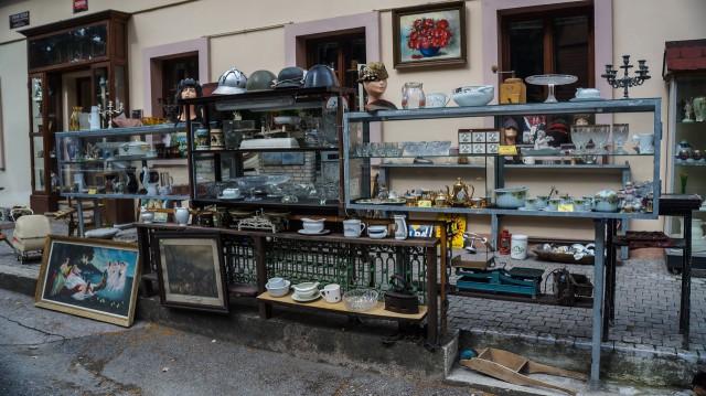 Магазин антиквариата рядом с замком Карлштейн в Чехии