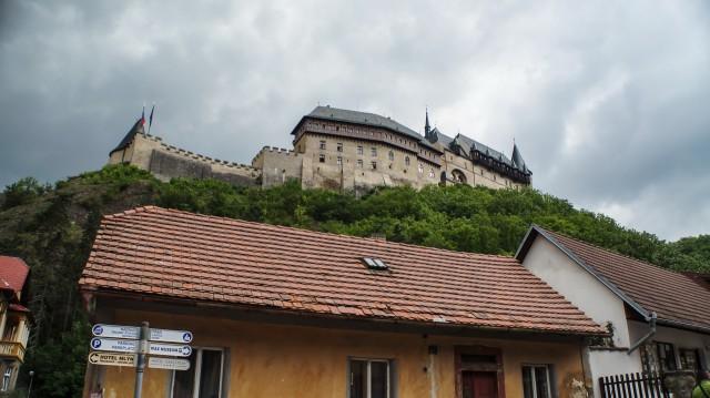 Вид на замок Карлштейн с улочки
