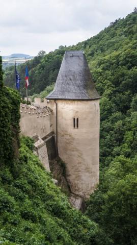 Вид на одну из башен замка со стены Карлштейна