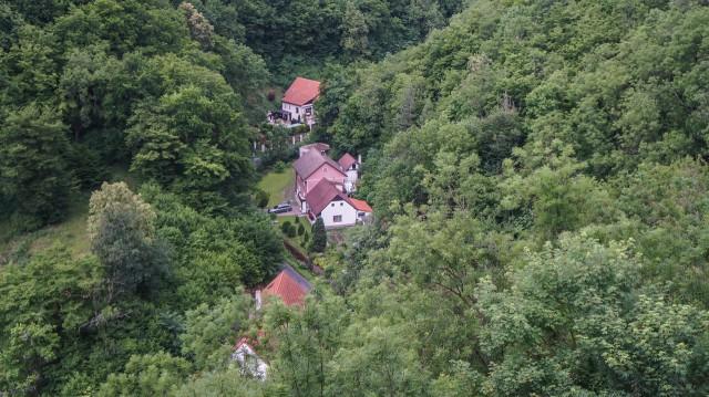 Вид с замка Карлштейн на деревушку