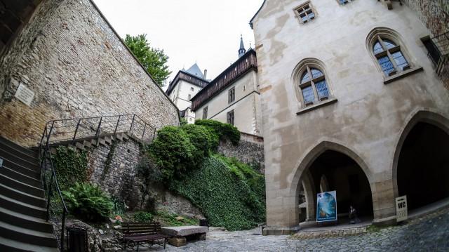 Внутренний двор замка Карлштейна. Рядом вход непосредственно в замок
