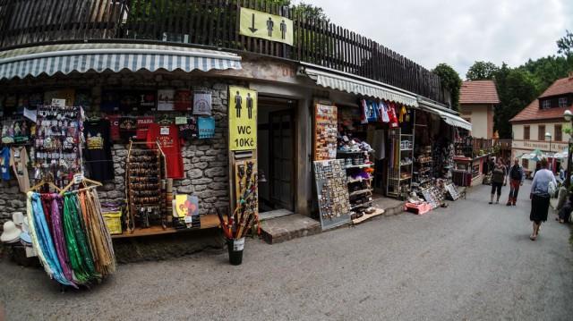 Сувенирные магазины рядом с замком Карлштейн