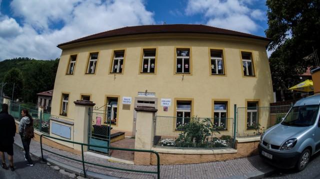 Школа рядом с замком Карлштейн.
