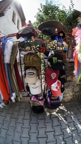 Кепки, шлемы и фуражки у замка Карлштейн