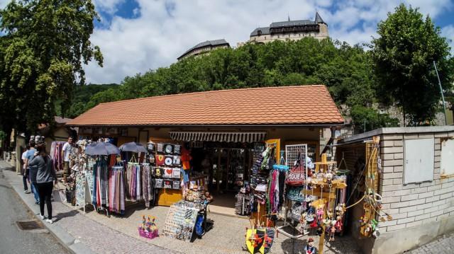 Сувенирный магазин и вид на замок Карлштейн