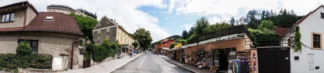 Панорама улочки, которая ведет в Карлштейн