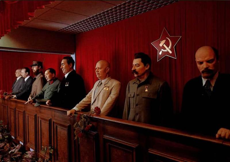 Трибуна диктаторов. Музей восковых фигур. Прага.