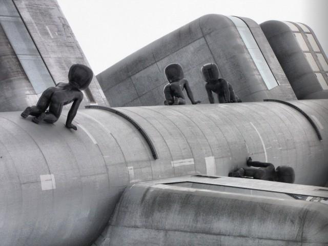 Малыши, ползущие по Жижковской телебашне в Праге