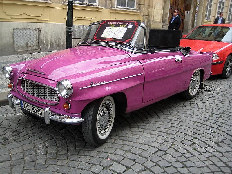 Розовый кабриолет в Праге