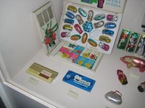 Старый шоколад, обертки и упаковка в музее шоколада в Праге