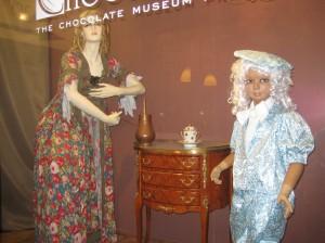 Фигуры в витрине музея шоколада в Праге