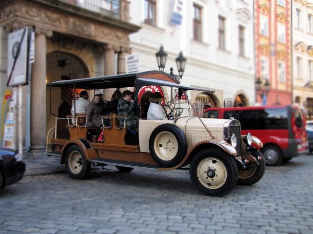 На старинном микроавтобусе по Праге