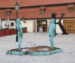 Скульптуры Праги. Писающие мужчины в Праге Давида Черны
