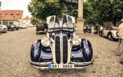 Старинные автомобили на Страгове