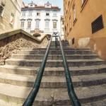 Лестница рядом с Нерудовой и Жубкой