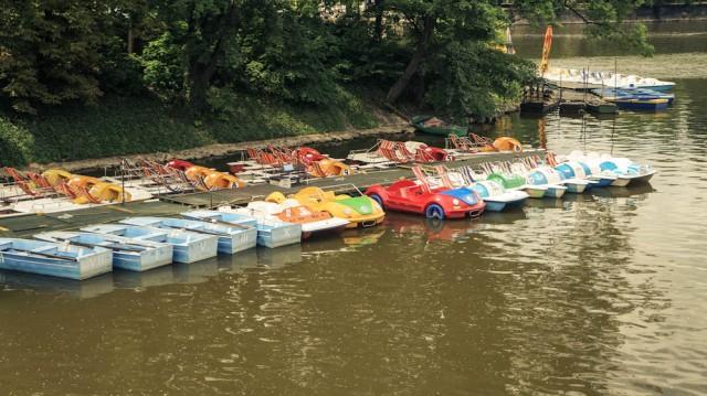 Прокат катамаранов в Праге около моста Легии