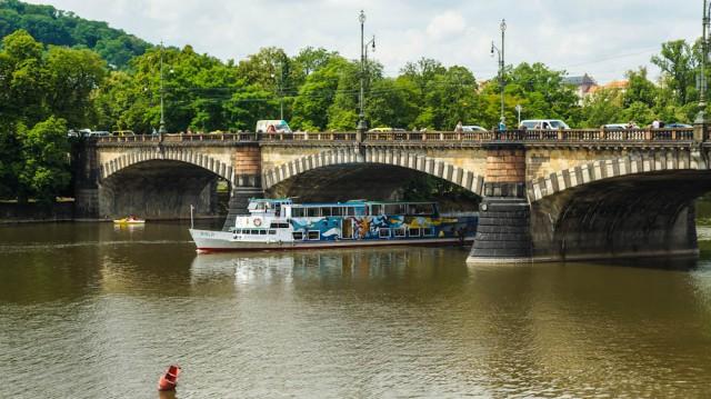Кораблик Висла проходит под мостом Легии