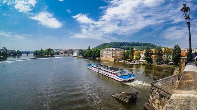 Прогулка на кораблике по Влтаве в теплый день принесет массу удовольствия