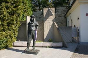 Памятник Миланау Стефаникау перед обсерваторией Стефаника
