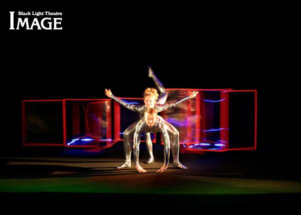 Удивительная игра актеров, света и черного фона делают Черный театр в Праге очень интересным местом для посещения
