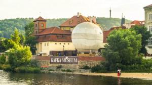 Вид на музей Франца Кафки при прогулке на кораблике по Влтаве