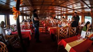 Ужин на кораблике во время прогулки по Влтаве