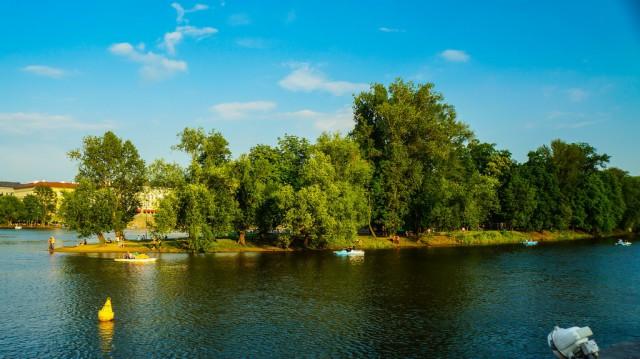 Вид на Стрелецкий Остров с кораблика на Влтаве