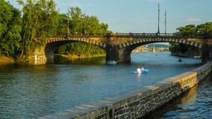 На кораблике по Влтаве - Проплываем Мост Легии