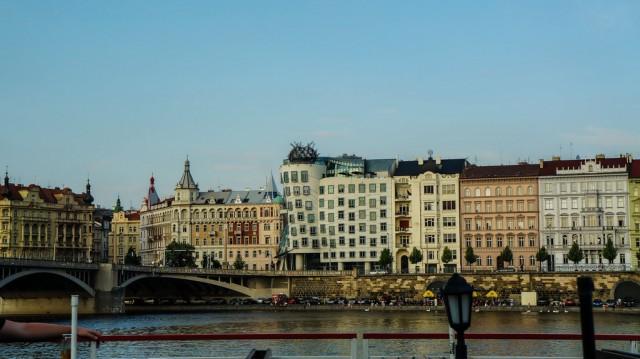 Вид с кораблика на Танцующий дом в Праге