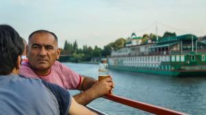 Прогулка на кораблике по Влтаве в жаркий день