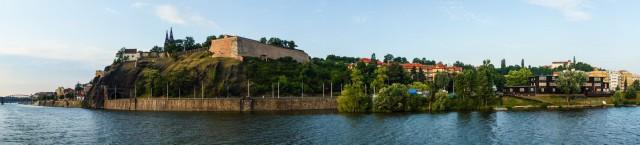 Вид на Вышеград с кораблика на Влтаве.