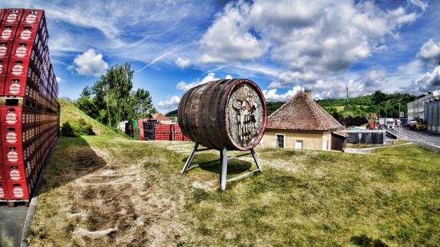 Бочка на лужайке завода Крушовице в Чехии