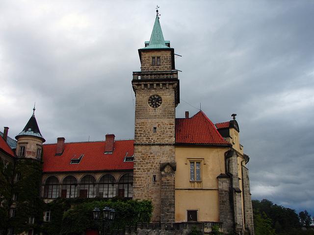 Башня с часами на замке-отеле Груба Скала в Чехии