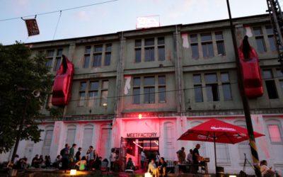 Красные автомобили на фасаде «MeetFactory»