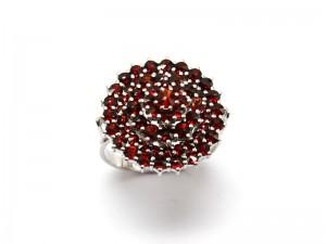 Ювелирное изделие кольцо из граната в Праге.