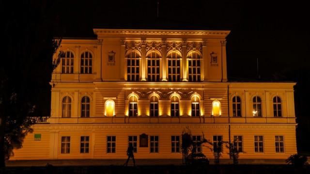 Дворец Жофин ночью с красивой внешней подсветкой