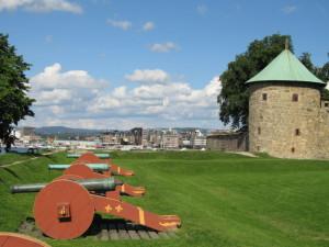 Двор и пушки на лужайке крепости Акерсхус в Норвегии
