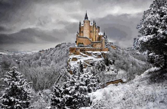 Замок Алькасар в Испании зимой